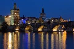 Charles Bridge in Praag bij avond stock afbeeldingen