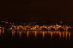 Charles Bridge in Praag bij nacht Royalty-vrije Stock Afbeelding