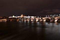 Charles Bridge in Praag met het kasteel op de achtergrond l stock afbeeldingen