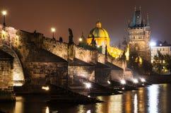 Charles Bridge in Praag, nightview Royalty-vrije Stock Foto's