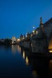 Charles Bridge in Praag tijdens schemering zijaanzicht Royalty-vrije Stock Afbeelding
