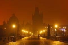 Charles Bridge in Praag (Tsjechische Republiek) bij nachtverlichting Stock Fotografie