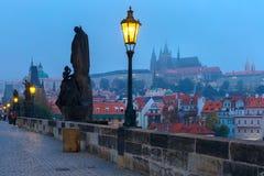 Charles Bridge in Praag (Tsjechische Republiek) bij nachtverlichting royalty-vrije stock fotografie