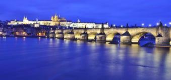 Charles Bridge in Prag Stockbilder