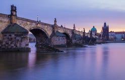 Charles Bridge, Prag morgens stockbild