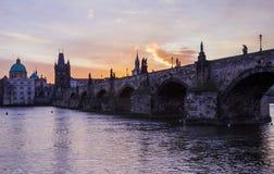 Charles Bridge, Prag morgens stockfotografie