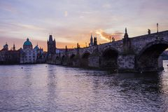 Charles Bridge, Prag morgens stockfotos