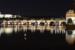 Charles Bridge in Prag, schöne Nachtansicht lizenzfreie stockfotos