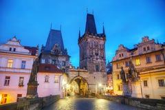Charles Bridge a Praga ad alba Fotografie Stock Libere da Diritti
