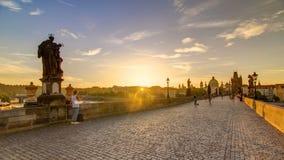 Charles Bridge a Praga durante il timelapse di alba, Boemia, repubblica Ceca video d archivio