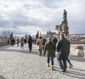 Charles Bridge Prague avec des touristes Photographie stock libre de droits