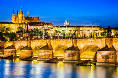 Charles Bridge Prague slott, Tjeckien royaltyfri foto