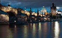 Charles Bridge reflejó en el río de Moldava en Praga Imagenes de archivo