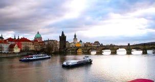 Charles Bridge sobre el río de Moldava en Praga, República Checa metrajes