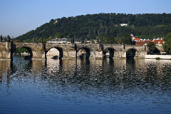 Charles Bridge sobre o rio de Vltava em Praga Imagem de Stock