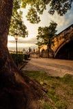 Charles Bridge som är solbelyst i morgonen arkivfoto