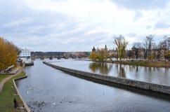 Charles Bridge sopra il fiume della Moldava a Praga, repubblica Ceca Fotografia Stock