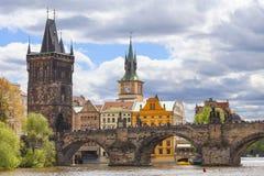 Charles Bridge sur la rivière de Vltava dans le jour ensoleillé, Prague, Tchèque Repub Image libre de droits