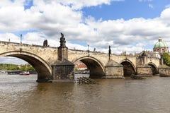 Charles Bridge sur la rivière de Vltava dans le jour ensoleillé, Prague, Tchèque Repub Photographie stock