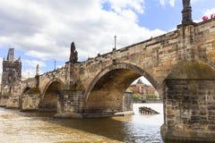 Charles Bridge sur la rivière de Vltava dans le jour ensoleillé, Prague, Tchèque Repub Photos stock