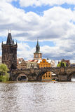 Charles Bridge sur la rivière de Vltava dans le jour ensoleillé, Prague, Tchèque Repub Images stock