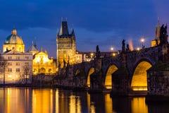 Charles Bridge (tjeck: Karluv) är mest en berömd historisk bro i Prague, Tjeckien fotografering för bildbyråer