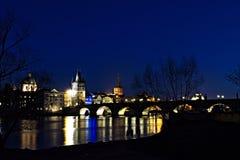 Charles Bridge - torre del ponte - notte Prag - nocni Praga Fotografia Stock Libera da Diritti