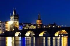 Charles Bridge - torre del puente - noche Prag - nocni Praga Imágenes de archivo libres de regalías