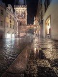 Charles Bridge Tower auf einer regnerischen Nacht in Prag Lizenzfreie Stockfotos
