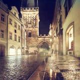 Charles Bridge Tower på en regnig natt i Prague Royaltyfri Fotografi