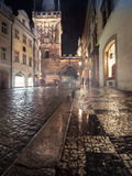 Charles Bridge Tower på en regnig natt i Prague Royaltyfria Foton