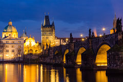 Charles Bridge (Tsjech: Karluv het meest) is een beroemde historische brug in Praag, Tsjechische Republiek stock afbeelding