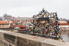 Charles Bridge, un puente histórico famoso que cruza el Moldava imágenes de archivo libres de regalías