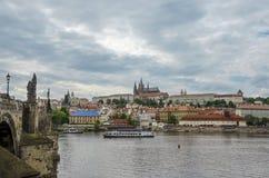 Charles Bridge und Hradcany in Prag lizenzfreies stockbild