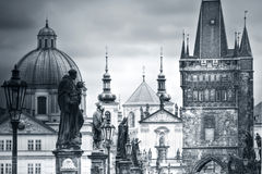 Charles Bridge und Monumente in Prag Stockbilder
