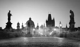 Charles Bridge und Nebel stockbild