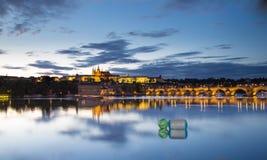 Charles Bridge- und Prag-Schlossabendpanorama stockbild