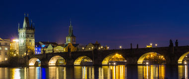Charles Bridge under afton, Prague, Tjeckien Arkivfoton