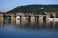 Charles Bridge över den Vltava floden i Prague Fotografering för Bildbyråer