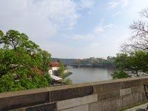 Charles Bridge Vltava-riviermening over de stad van Praag royalty-vrije stock fotografie