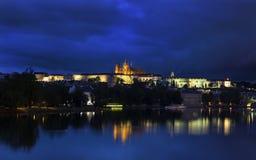 Charles Bridge y castillo en Praga en la noche Foto de archivo libre de regalías