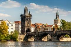 Charles Bridge y el río de Moldava Fotos de archivo libres de regalías