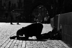Charles Bridge-zwart-witte bedelaar stock afbeeldingen