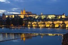 Charles BridgeKarluv Most over Vltava-rivier en het Kasteel van Praag, Tsjechische Republiek stock fotografie