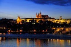 Charles Brigde e Praga fortificam na noite imagem de stock