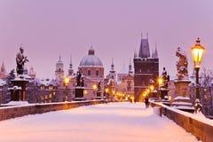 Charles bro, gammalt stadbrotorn, Prague (UNESCO), tjeck r Fotografering för Bildbyråer