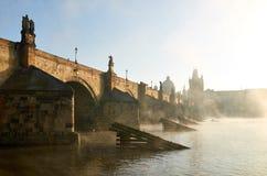Charles bro i Prague i morgonen Arkivfoto