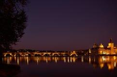 Charles bro i Prague i natten Royaltyfri Foto
