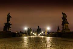 Charles bro i Prague med lyktor på natten arkivbild
