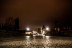 Charles bro i Prague med lyktor på natten fotografering för bildbyråer